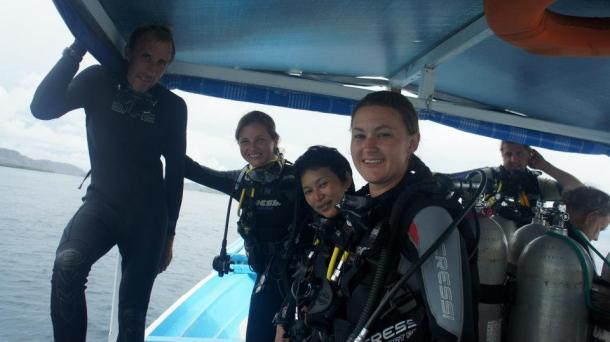 Ellen, Kayla and the other woman who made it through diving and got certified. So jealous, but proud of these girls!